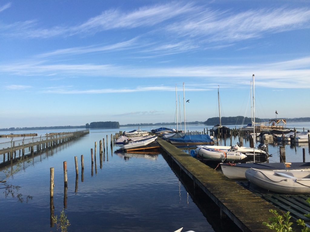 Morgenstimmung am Veluwemeer. Früh morgens lässt es sich für einige Stunden ungestört an der Fahrrinne angeln.